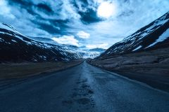 Mondbeschiene Straße in Sudureyri, Westfjords, Island Lizenzfreies Stockbild