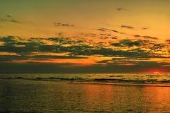 Mondcloads und -sonnenuntergang über Meer Lizenzfreie Stockfotos
