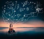 Monde créateur La jeune femme recherchant au ciel et visualisent images stock