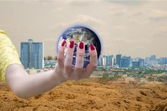 Monde d'environnement écologique dans des mains tenant la terre d'amour des éléments de cette image meublés par la NASA Photos libres de droits