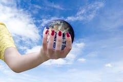 Monde d'environnement écologique dans des mains tenant la terre d'amour des éléments de cette image meublés par la NASA Image libre de droits