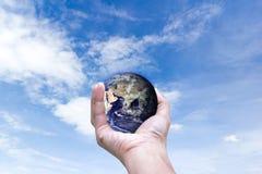 Monde d'environnement dans des mains tenant la terre d'amour et des arbres des éléments de cette image meublés par la NASA Photographie stock libre de droits