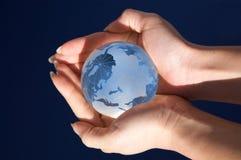 Monde dans des ses mains Images stock