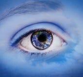 Monde dans l'oeil de filles Image stock