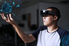 Monde de réalité virtuelle d'expérience avec les hololens 1 photos libres de droits