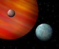 Monde, die einen rötlichen Gasriesen in Umlauf bringen Lizenzfreies Stockfoto