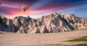 Monde irréel de Cappadocia Lever de soleil en vallée de Rose rouge en avril photo libre de droits