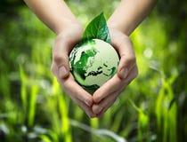 Monde vert dans la main de coeur - fond d'herbe - l'Europe Images libres de droits