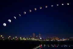 Mondeklipse über Stadt Stockbild