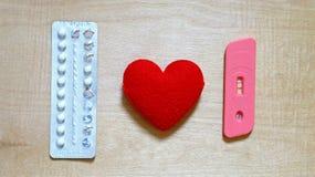 Mondelinge contraceptieve pillen en positieve zwangerschapstest royalty-vrije stock foto