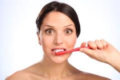 Mondelinge hygiëne schoonmakende tanden voor mooie vrouw Royalty-vrije Stock Foto