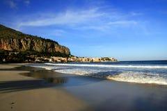 Mondello Dorf, Strand u. Seewellen. Italien stockfotografie