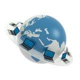 Mondiaal net Internet. Laptops rond wereld Stock Foto's
