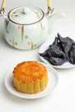 Mondkuchen mit Tee und Wasser caltrop Lizenzfreies Stockbild