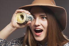 Mondo attraverso il ritratto dei soldi di una ragazza con i dollari Fotografia Stock