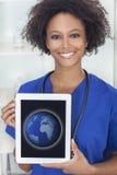 Mondo dei computer africano del dottore Tablet della donna Fotografie Stock Libere da Diritti