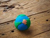 Mondo giornata per la Terra concetto del 22 aprile, globo fatto a mano sulla b di legno Immagine Stock Libera da Diritti
