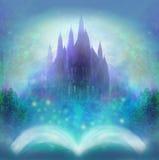 Mondo magico dei racconti, castello leggiadramente che compare dal libro Fotografia Stock Libera da Diritti
