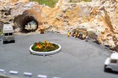 Mondo miniatura: la gente che aspetta il loro trasporto sulla fermata dell'autobus Tema di trasporto pubblico e di turismo Fotografia Stock