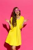 Mondo tramite gli occhiali da sole rosa Immagine Stock