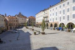 Mondovì Rione piazza (Cuneo): den Maggiore fyrkanten moder två för färgdotterbild arkivfoto