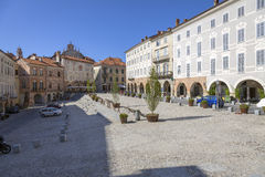 Mondovì Rione piazza (Cuneo): maggiore kwadrat koloru córek wizerunku matka dwa Zdjęcie Stock