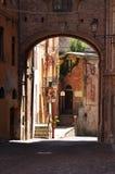 Mondovi, Cuneo, мощенная булыжником улица в центре города Стоковое Изображение RF