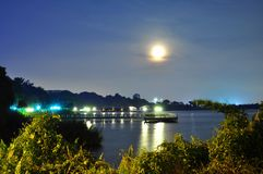 Mondschein mit Reflexion auf dem Wasser Lizenzfreies Stockfoto