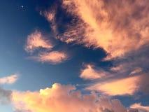 Mondsichel und rosa Wolken Stockfotografie