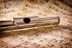 Mondstuk van opgeheven mening van het fluit de oude met de hand geschreven blad muziek Royalty-vrije Stock Afbeeldingen