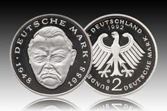 Moneda alemana cinco de Alemania 2 marcas, moneda de prueba, pequeño cambio, acuñado 1992, pendiente del fondo fotos de archivo