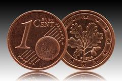 Moneda alemana de Alemania del centavo euro cinco, parte delantera 1 y globo del mundo, hoja del roble de la parte trasera fotos de archivo