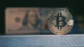 Moneda amarilla real Bitcoin contra la perspectiva de un paquete de dólares nosotros Cambio del foco almacen de metraje de vídeo