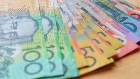Moneda australiana con fives, diez, años 20, años 50 y cientos notas Foto de archivo