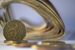 Moneda checa y paquete blury de dinero en fondo Imágenes de archivo libres de regalías
