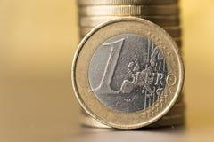 Moneda con un fondo amarillo suavemente borroso Fotografía de archivo