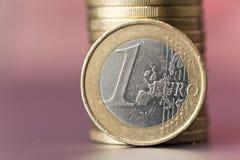 Moneda con un fondo rojo suavemente borroso Foto de archivo libre de regalías
