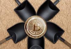 Moneda crypto de los bitcoins del oro de la visión superior sobre la explotación minera negra de la pala en g Imagen de archivo libre de regalías