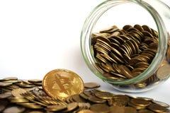 Moneda de Bitcoin BTC rodeada por las monedas de oro foto de archivo