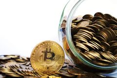 Moneda de Bitcoin BTC rodeada por las monedas de oro imagenes de archivo
