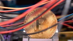 Moneda de Bitcoin, cables coloridos y PWB impreso de la placa de circuito almacen de metraje de vídeo