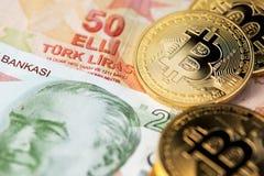 Moneda de Bitcoin Cryptocurrency y de la lira turca imágenes de archivo libres de regalías
