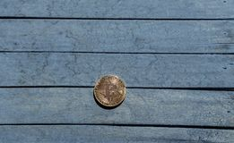 Moneda de Bitcoin en el escritorio de madera Foto de archivo