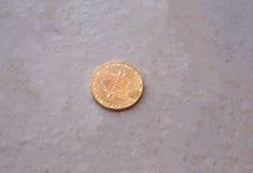 Moneda de Bitcoin en metall blanco sucio Foto de archivo