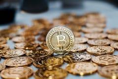 Moneda de Bitcoin en monedas de oro Fotografía de archivo