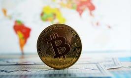 Moneda de Bitcoin en un mapa del mundo Fotografía de archivo libre de regalías