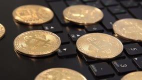 Moneda de Bitcoin en una diapositiva del teclado 4k almacen de video