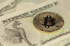 Moneda de Bitcoin y de los yenes imágenes de archivo libres de regalías