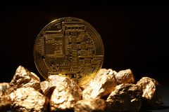 Moneda de Bitcoin y montón de oro del oro Cryptocurrency de Bitcoin fotos de archivo libres de regalías
