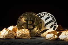 Moneda de Bitcoin y montón de oro del oro Cryptocurrency de Bitcoin fotos de archivo